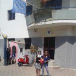 Die beiden Obfrauen von SAAMA Österreich vor der Botschaft